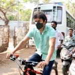 தேர்தல் 2021 : ஓட்டு போட சைக்கிள் ஓட்டி வந்த நடிகர் விஜய்..; ஓ.. இதான் காரணமா?