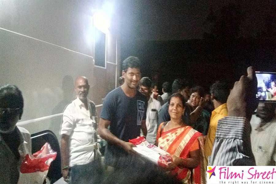 Vishal  distributes diwali   gift to siaa members